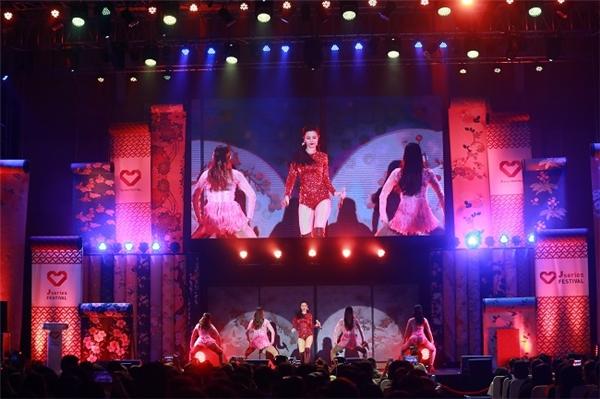 """Đông Nhi trong trang phục gợi cảm làm nóng cả nhà thi đấu với các ca khúc """"Boom boom"""" và """"Pink girl"""". - Tin sao Viet - Tin tuc sao Viet - Scandal sao Viet - Tin tuc cua Sao - Tin cua Sao"""