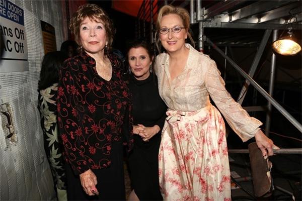Carrie Fisher bên cạnh hai diễn viên tham gia bộ phim chuyển thể từ quyển tiếu thuyết Postcards from the Edge-Shirley MacLaine và Meryl Streep.