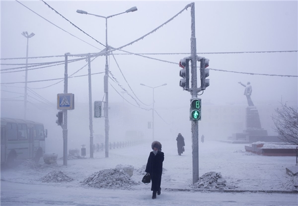 Nhiếp ảnh gia Amos Chapple bắt đầu chuyến hành trình tại thành phố Yakutsk, thủ phủ của khu vực Sakha ở đông bắc nước Nga. Nơi này được cho là thành phố lạnh lẽo nhất trên thế giới.