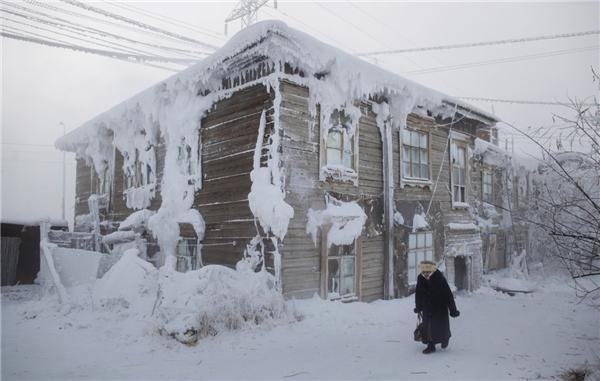 Thành phố có khoảng 300.000 người cư ngụ với nhiệt độ trung bình khoảng -34 độ C.
