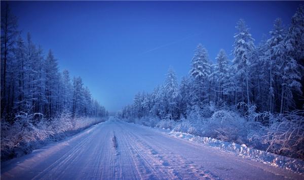 Yakutsk nằm ở lối vào làng Oymyakon – nơi giá lạnh nhất thế giới. Mất hai ngày mới đến được ngôi làng, phải băng qua một cánh đồng hoang cằn cỗi và con đường vắng vẻ. Đầu tiên, Amos phải quá giang nửa đường trước khi bị mắc kẹt suốt hai ngày.