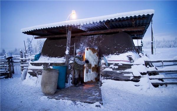 """Hiện nay, nhiệt độ trung bình ở làng đang là -50 độ C. Theo như tiếng Even (ngôn ngữ được nói phổ biến ở Siberia), Oymyakon có nghĩa là """"nước không đông"""". Thật kì lạ phải không?"""