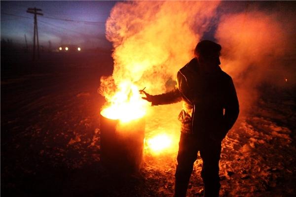 Việc chôn cất người chết cũng không dễ dàng gì bởi mặt đất lúc này gần như đóng băng. Do đó, người ta phải đốt những đống lửa lớn để làm mềm đất trước khi tiến hành chôn cất.