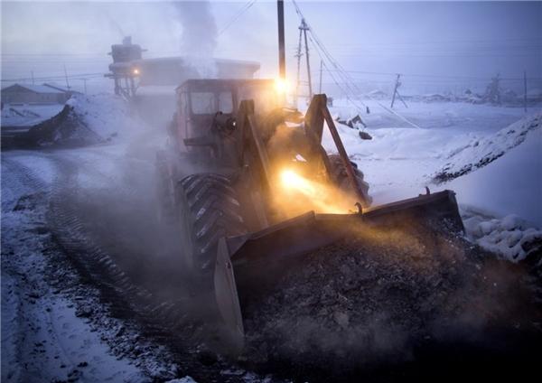 Vì mặt đất quá lạnh, không thể trồng trọt, người dân làng Oymyakon đành phải phụ thuộc vào chăn nuôi hay những công việc khác như làm việc trong nhà máy nhiệt trong thành phố để kiếm tiền.