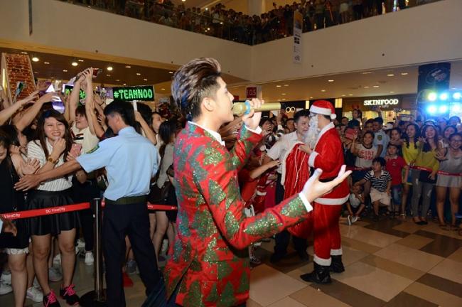 """Các fan phấn khích khi được chạm vào thần tượng và nhận quà từ """"sứ giả Noel"""" của riêng anh. - Tin sao Viet - Tin tuc sao Viet - Scandal sao Viet - Tin tuc cua Sao - Tin cua Sao"""