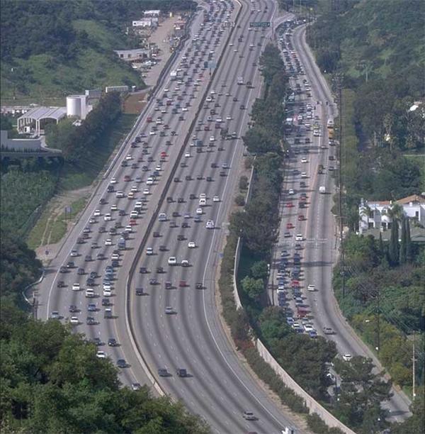 """Tuy nhiên trên thực tế đây chỉ là một bức ảnh """"bị làm lố"""" từ ảnh gốc là Xa lộ 405 tại Los Angeles."""