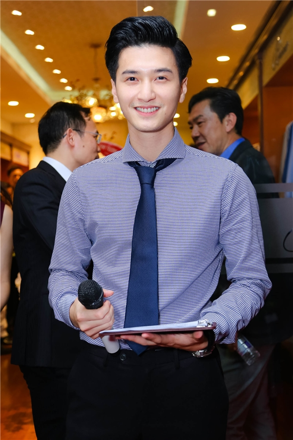 Huỳnh Anh đảm nhận vai trò làm MC dẫn dắt sự kiện. - Tin sao Viet - Tin tuc sao Viet - Scandal sao Viet - Tin tuc cua Sao - Tin cua Sao