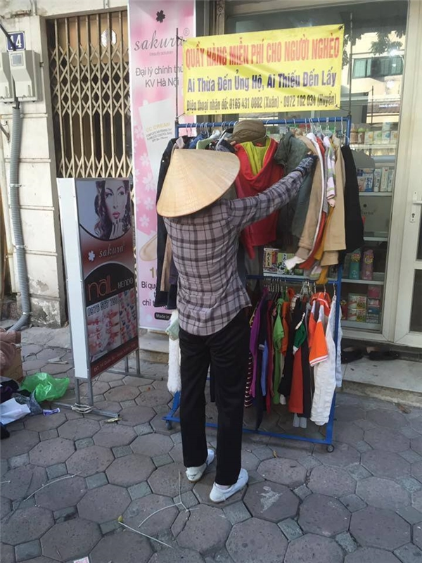 """Quầy quần áo """"Ai thừa ủng hộ, ai thiếu đến lấy"""", ấm lòng người Hà Nội"""