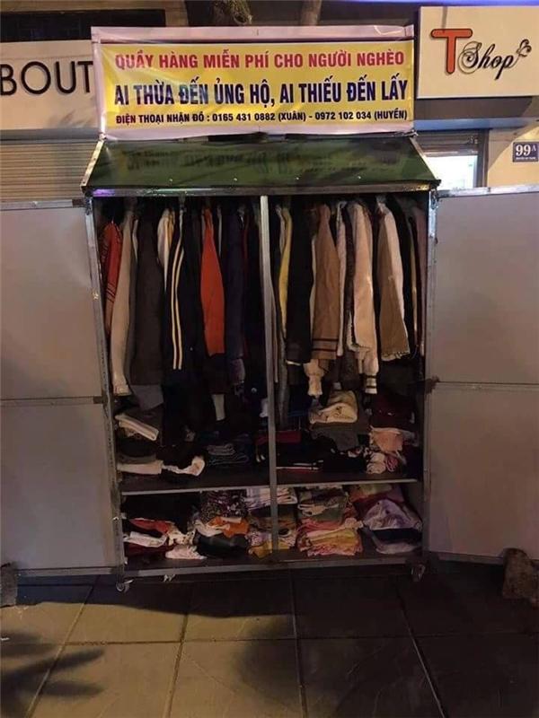 Hai quầy quần áo từ thiện vừa xuất hiện tại Hà Nội. (Ảnh: Facebook)