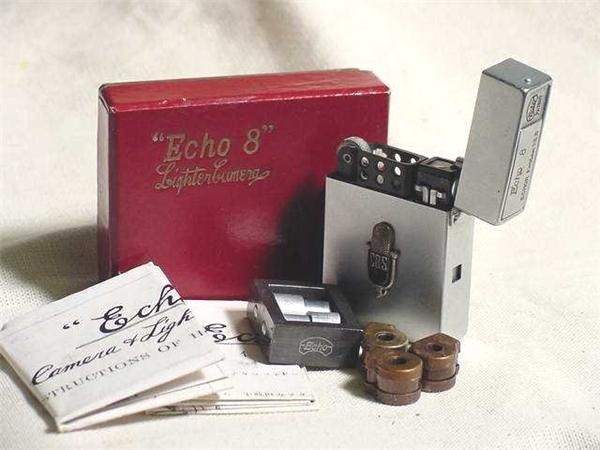 Thoạt nhìn thì giống như một chiếc bật lửa zippo bình thường nhưng đây là mẫu máy ảnh Echo 8 của hãng Suzuki Nhật Bản vớiống kính có tiêu cự 17 mm đặt bên thân bật lửa để chụp ảnh. (Ảnh: internet)