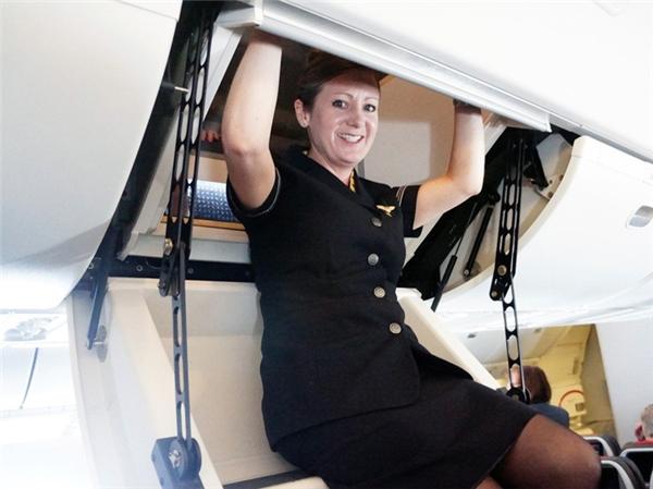 Tuy nhiên trên một số loại máy bay khác, chẳng hạn chiếc Boeing 773 của hãng American Airline, cửa lên phòng ngủ cho phi hành đoàn được thiết kế giống như một chiếc cửa sập bí mật mở lên một khoang chứa trông như thể khoang chứa đồ thông thường.