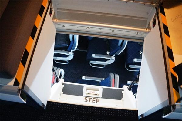 Từ trên khoang ngủ nhìn thẳng xuống chỗ ngồi của hành khách.