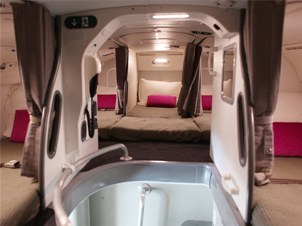 Bên trong khoang ngủ của phi hành đoàn là 7-8 chiếc giường chật hẹp được bố trí san sát nhau trong một khoảng không gian tù túng, không có cửa sổ. Đây là hình ảnh trên chiếc Boeing 787 Dreamliner.