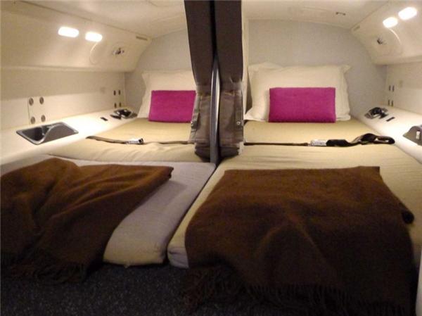 Những chiếc giường thường dài 1,8m và rộng 0,7m, có rèm che ngăn cách.