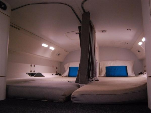 Mỗi giường đều được trang bị đèn đọc sách, móc treo, gương, và hộc đựng đồ cá nhân. Thông thường chúng sẽ có chăn và gối, thậm chí có cả đồ pyjama.