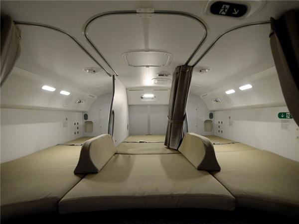 Tuy nhiên cũng có những khoang ngủ được trang bị sơ sài chỉ với một chiếc giường trống không, chẳng hạn trên chiếc Boeing 787 Dreamliner của hãng Air Canada.