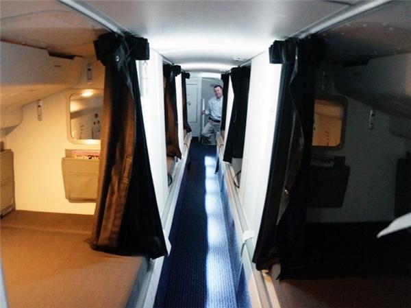 Còn trên những chiếc như Boeing 773 của hãng American Airline, giường ngủ được ngăn cách và bố trí hai bên hành lang. Hành lang này thấp đến nỗi muốn đi qua phải cúi người.