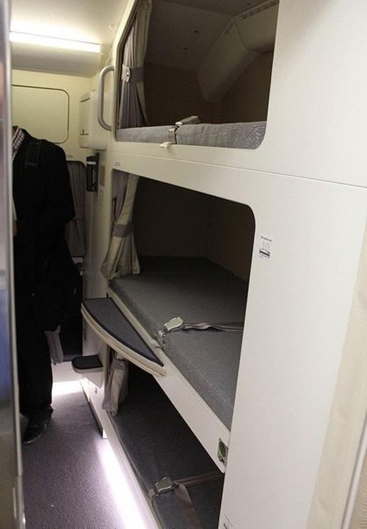 Thậm chí có những hãng máy bay trang bị giường tầng cho tiếp viên, như trên chiếc Airbus A380 của Malaysia.