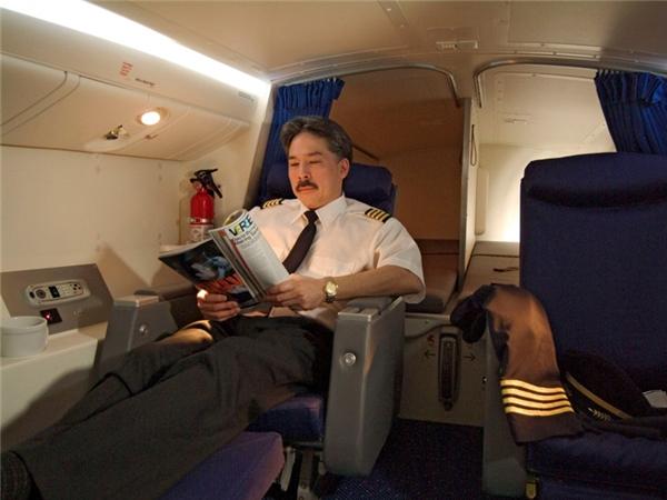 Phi công thì có riêng một phòng ngủ ngay phía trên đầu với hai giường ngủ rộng rãi, hai ghế ngồi hạng thương gia. Ngoài ra nơi này còn có đủ chỗ cho một tủ quần áo, một bồn rửa mặt, hoặc một phòng vệ sinh, tùy vào từng hãng máy bay.
