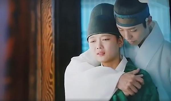 Được đánh giá là một trong những bộ phim cổ trang hay nhất 2016, Mây Họa Ánh Trăng thu hút khán giả bởi những cảnh quay đẹp như tranh vẽ. Đặc biệt, phân cảnh Ra On dịu dàng ôm Lee Young từ đằng sau và cảnh Lee Young - Ra On ôm nhau khóc đã lấy đi nước mắt của hàng triệu khán giả.