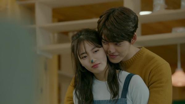 Giây phút hạnh phúc hiếm hoi của Joon Young và No Eul trong Yêu không kiểm soát.