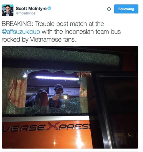 Nhà báo Scott McIntyređăng tải trên Twitterhình ảnh về vụ tấn công xe chởtuyển Indonesia của các cổ động viên quá khích Việt Nam. (Ảnh: internet)