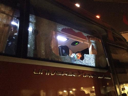 Xe chở tuyển Indonesia bị ném vỡ kính. (Ảnh: internet)