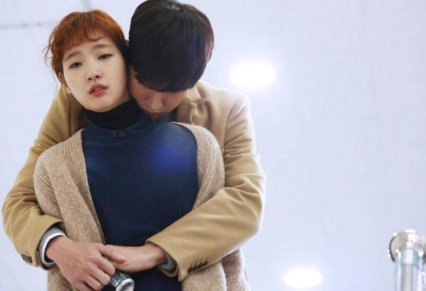 Khoảnh khắc ôm ngay giữa trường đại học của tiền bối Yoo Jung và Hong Seol trong Cheese in the Trap thật khiến người ta vừa ngưỡng mộ lại ghen tị.