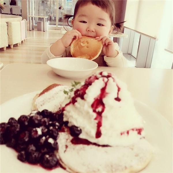 Kaeda có biệt tài là ăn bất cứ thứ gì...