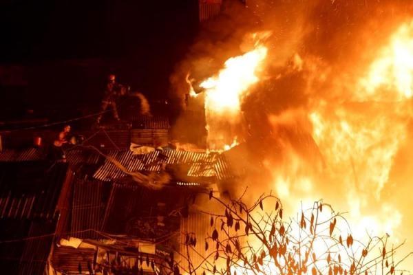 Đám cháy xảy ra vào khoảng 18g30 ngày 27/12 tại khu ổ chuột ở thành phố Quezon (Philippines). (Ảnh: Internet)