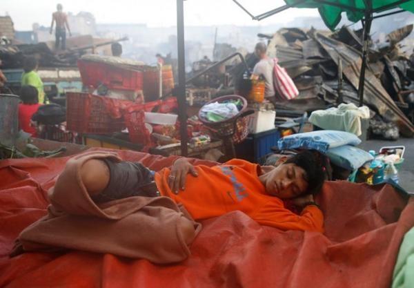 Vì quá mệt, có người ngủ ngay giữa đống ngổn ngang hoang tàn. (Ảnh: Internet)