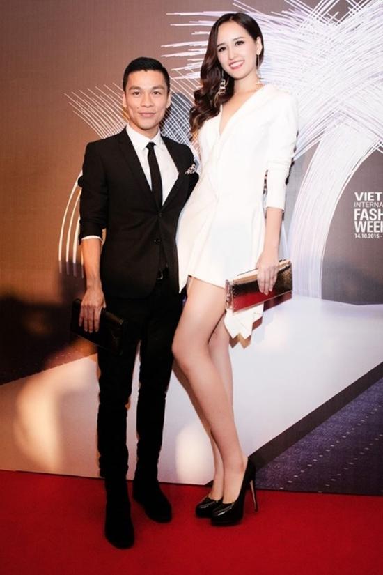 Dù cố tình đứng nghiêng, cúi đầu sang một bên nhưng chiều cao vượt trội của Mai Phương Thúyvẫn khiến cô trông như một người khổng lồ khi đứng cạnh nhà thiết kế Adrian Anh Tuấn.
