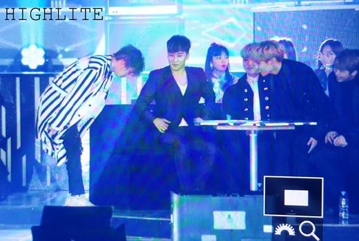 Các thành viên BTS ngồi cạnh Daesung và Seungri.