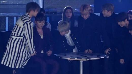 Hành động cúi đầu của Daesung với hậu bối đã khiến fan sốt rần rần