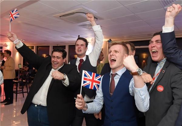 Những người ủng hộ Brexit tại London, Anh reo hò khi điểm bỏ phiếu trưng cầu dân ý về Liên minh châu Âu chính thức đóng lại, vào ngày 23/6.