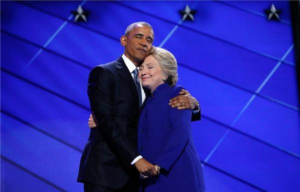 Cựu ứng viên tổng thống của Đảng Dân chủ Hillary Clinton ôm Tổng thống Barack Obama trên sân khấu vào cuối bài phát biểu của bà vào đêm thứ ba của Đại hội đảng Dân chủ toàn quốc năm 2016 tại Philadelphia, Pennsylvania, vào ngày 27/7.