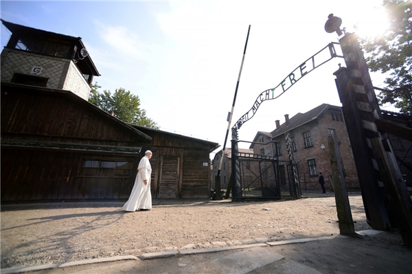"""Giáo hoàng Francis đi qua cánh cổng khu trại Auschwitz khét tiếng với dòng chữ """"Arbeit Macht Frei"""" (""""Công việc cho bạn tự do"""") trong chuyến thăm khu trại tử thần của Đức Quốc xã tại Ba Lan vào ngày 29/7."""