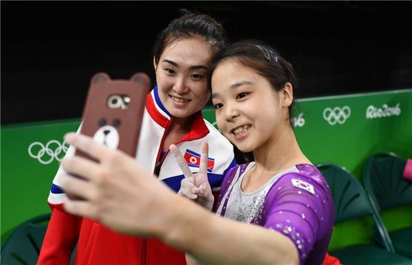 Lee Eun-ju - vận động viên Hàn Quốc (phải) chụp ảnh cùng Hong Un Jong – vận động viên Triều Tiên (trái) tại Thế vận hội Rio de Janeiro, Brazil vào ngày 4/8.
