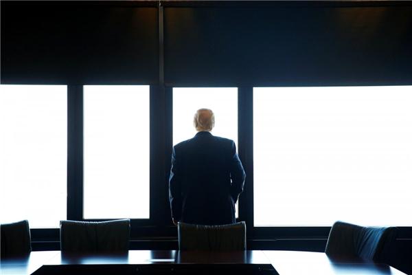 Donald Trump nhìn ra Hồ Michigan trong chuyến viếng thăm Trung tâm Tưởng niệm Chiến tranh hạt Milwaukee ở Milwaukee, Wisconsin, vào ngày 16/8, khi ông còn là ứng cử viên của đảng Cộng hòa trong cuộc tranh cử tổng thống.