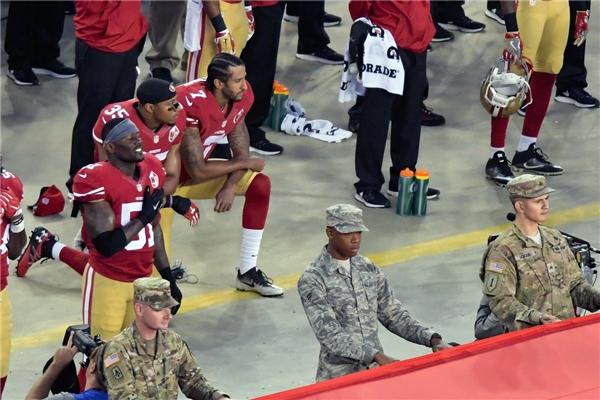 Vận động viên bóng bầu dục San Francisco - Colin Kaepernick cùng đồng đội - Eric Reid quỳ gối trong lúc chào cờ trước trận đấu với đội Los Angeles Rams tại sân vận động Levi's vào ngày 12/9.