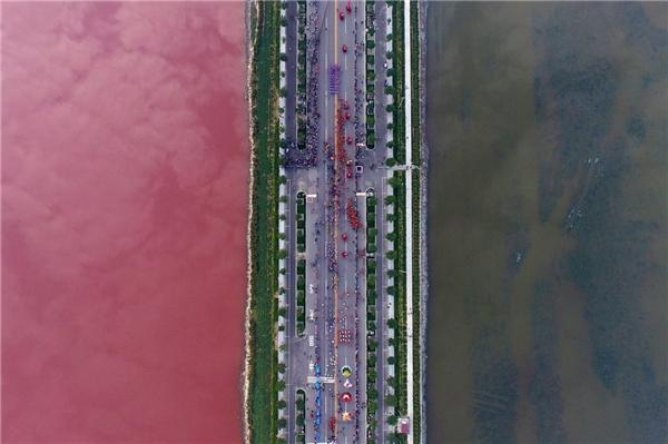 Một hồ nước mặn được ngăn cách bởi một con đường, với hai bên là hai màu khác nhau. Bức ảnh này được chụp tại Vận Thành, tỉnh Sơn Tây, Trung Quốc vào ngày 25/9.