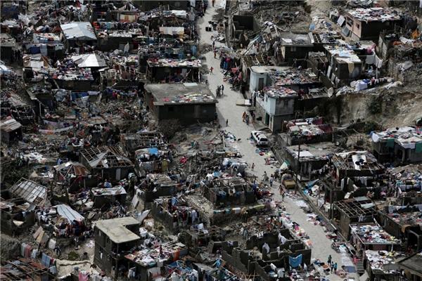 Người dân lê bước trên đường gần nơi những căn hộ đã bị tàn phá sau cơn bão Matthew tấn công vào Jeremie, Haiti vào ngày 6/10.