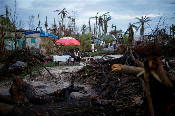 Ngày 18/10, một người bán hàng rong mòn mỏi chờ khách sau khi cơn bão Matthew tấn công vào Jeremie, Haiti.