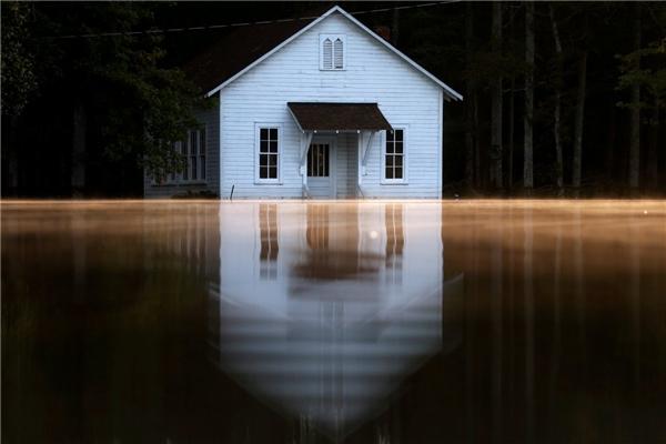 Một ngôi nhà ở Lumberton, Bắc Carolina gần như bị ngập quá nửa sau cơn bão Matthew.