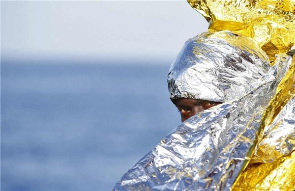 Một người di cư chờ đợi tàu cứu hộ Responder - chiếc thuyền cứu hộ của tổ chức phi chính phủ tại Malta có tên Trạm cứu hộ dân di cư ngoài khơi và Hội chữ thập đỏ Ý tại cảng Vibo Marina, Ý vào ngày 22/10