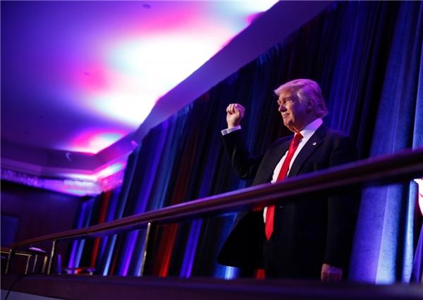 Ứng viên tổng thống Donald Trump gặp gỡ những người ủng hộ ông trong đêm biểu tình bầu cử ở Manhattan, New York, vào ngày 9/11.