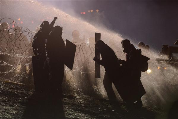 Cảnh sát sử dụng pháo nước nhằm vào người biểu tình trong một cuộc biểu tình phản đối dự án đường ống dẫn dầu của công ty Dakota Access gần khu vực sinh sống của bộ tộc Standing Rock Sioux ở Cannon Ball, Bắc Dakota, vào ngày 20/11.