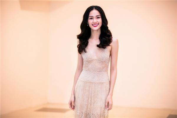 """Dù bộ váy không khiến Hạ Vi """"lộ hàng"""" hay trông phản cảm nhưng ở một số góc nhìn, vòng một của nữ diễn viên như """"biến mất"""" với thiết kế có màu sắc gần đồng nhất với màu da."""