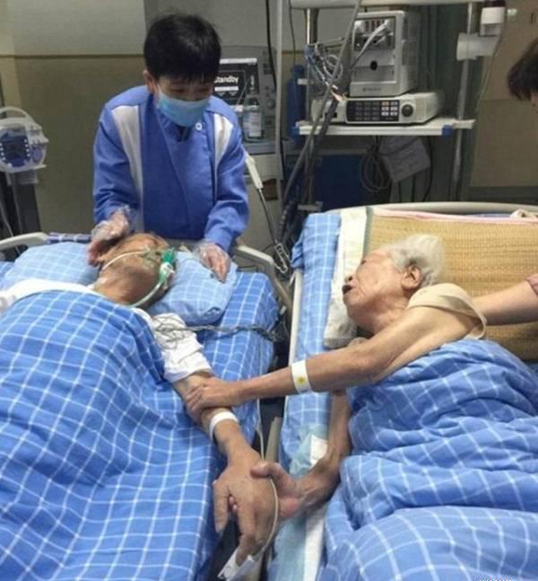 Lần nắm tay sau cuối của đôi vợ chồng già trên giường bệnh. (Ảnh: Internet)