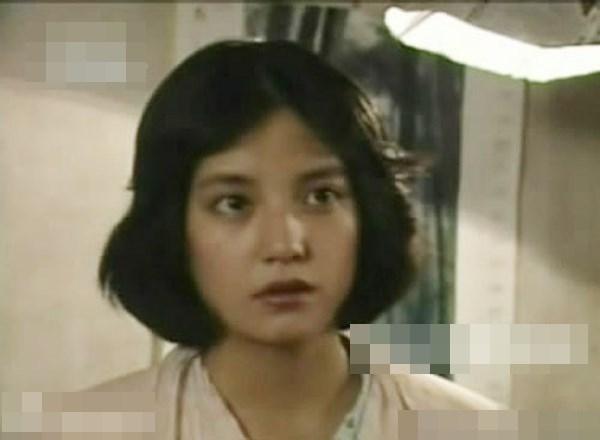 Triệu Vy vai cô gái thôn quê Bạch Tiểu Tuyết trong tác phẩm Chị em gái đến Bắc Kinh năm 1995.